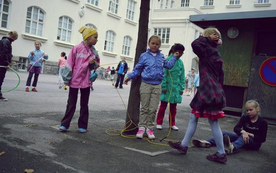 Kuinka sisään- ja ulossulkeminen luokkayhteisöstä tapahtuu oppituntivuorovaikutuksessa? Blogivieraana sosiologian maisteri Anni Lassila