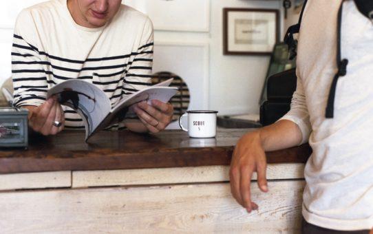 Kahvia ja kohtaamisia työpaikan taukotilassa
