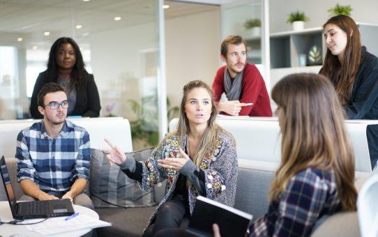 Suomi toisena kielenä työelämässä – viisi vinkkiä sujuvaan yhteistyöhön keskustelunanalyyttisesta näkökulmasta